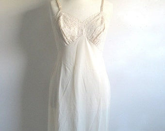 Clearance Vintage 1970s Lace Full Slip VANITY FAIR Beige Lace Undergarment Small 34S