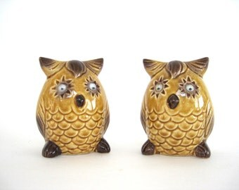 Ceramic Salt and Pepper Shakers Vintage Owl Star Googly Eyes Kitsch Made In Japan Gold Brown 1960s 1970s Kitchen Decor