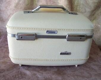 Vintage American Tourister Tiara train case offwhite.  R396-10