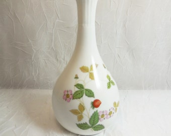 Wild Strawberry Bud Vase - Wedgwood R4406 - Vintage - Made in England - Fine Bone China