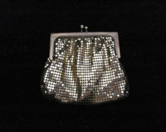 Vintage Gold Metal Mesh Change Purse With Rhinestone kiss Closure Excellent Condition