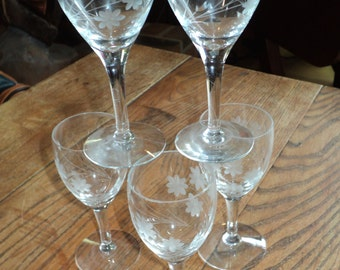 5 Etched Crystal Stemware Aperitif Glasses with Daisy floral design with long stems and leaves in Very Good Vintage Condition