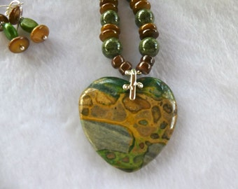21 Inch Green and Tan Malachite Heart Necklace with Earrings
