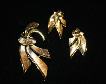Lisner Gold Tone Abstract Pin and Earring Set, Vintage
