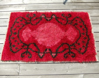 Vintage Swedish hand made wool rug in red tones with green garlands