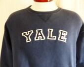 go bulldogs vintage 90's Yale University navy blue fleece graphic sweatshirt white navy blue embroider applique felt block letter logo small