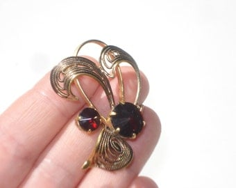 Vintage Filigree Jewelled Brooch - Dark Red Gold Tone Filigree Retro Leaf Pin - 1960s