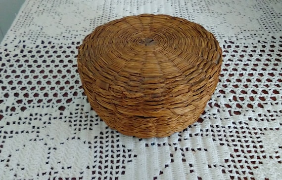 small round basket with lid hand woven of native american. Black Bedroom Furniture Sets. Home Design Ideas