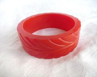 Vintage bakelite bangle - cherry red bakelite bangle - carved bakelite bangle - 1930s bakelite bangle - 1940s bakelite bangle