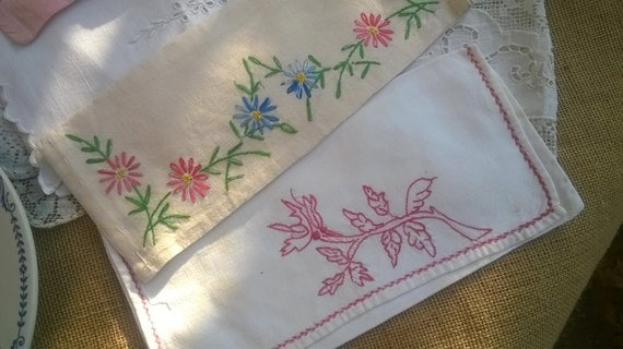 2 White Floral Napkin Cases Handmade French Linen Pouches Flowers Hand Embroidered Sewing Project #sophieladydeparis