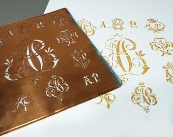 Français pochoir monogramme - choix de feuilles de métal de différentes lettres initiales