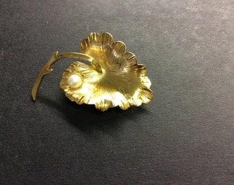 Vintage Wells Brooch-1/20 12k gold filled -Leaf with Cultured Pearl
