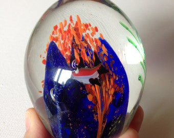 paperweight - Stunning glass PAPERWEIGHT with tropical fish aquarium scene 3.5 inches tall