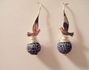 Earring bearing silver bird with black marbled agate