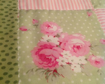 Runner with roses, created and quilted by hand. Fabrics Whelan and Jennifer Paganelli.