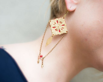 Long earrings in red leather and brass