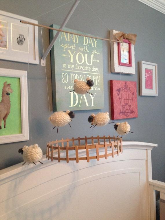 agneau mouton b b mobile pour chambre de b b d coration. Black Bedroom Furniture Sets. Home Design Ideas