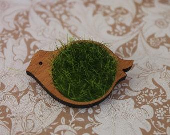 Faux grass bird brooch ~