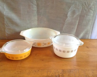 Wonderful Pyrex TOWN and COUNTRY Trio of Casserole Dishes. # 471 and # 473 (1 Pint and 1 Quart) With Lids. Casserole # 043 1 1/2 Quart Size
