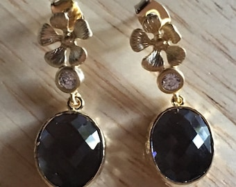 Flower post earrings in gold