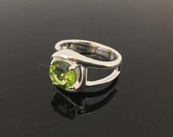 Peridot Silver Ring // 925 Sterling Silver // Simple Round Design // Natural Green Peridot Stone