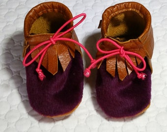 Baby Moccasins in Dark purple Alpaca and leather, Pink tie closure