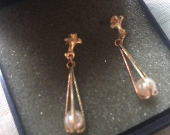 Gold and Pearl Drop Earrings.Vintage Gold and Pearl Earrings. Pierced Earrings.