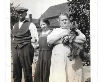 vintage Photo  Mom Dad Pretty Girl Daughter Pet Cat Kitty 1920s snapshot