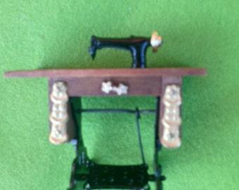 Reeves museum miniatures: sewing machine #2639