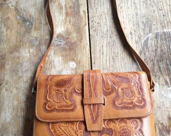 Vintage Mexican hand tooled leather shoulder purse in tan with slip through closure, 1950s Mexican handbag, tooled leather Western purse