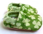 SALE - LAST PAIR - 0-6 mos or 6-12 mos shamrock baby shoes st patricks day baby shoes green and white four leaf clover shamrock baby booties