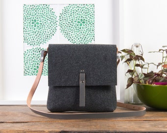 Grey crossbody felt purse, Felt bag, Lightweight construction, Natural leather strap, Handmade woman purse from craftsman