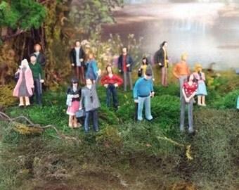 plastic peoples diorama                              10 figurines miniatures