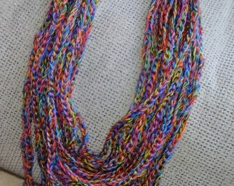 Collar Tejido en hilos de color