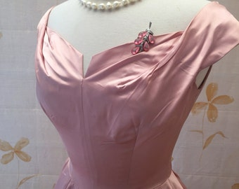 1950s Hollywood vintage pink satin evening fit and flare gown. Wedding party brudesmaid