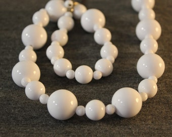 White chunky vintage beaded necklace
