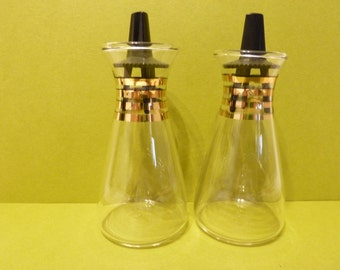 Salt & Pepper Glass Shakers w / 4 Gold Stripes around Neck, w / fluted top