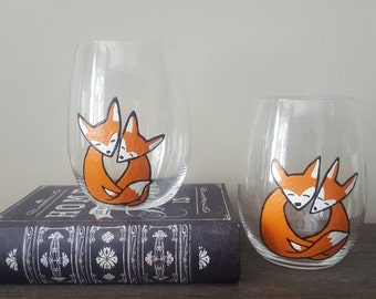 Two foxes in love stemless wine glasses