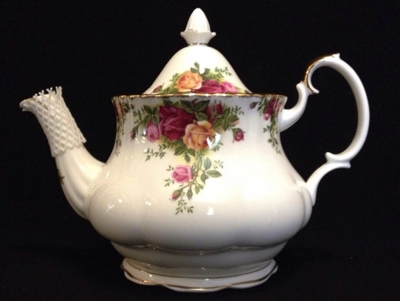 FREE SHIPPING-Woderful-Royal Albert-Bone China-Made England-1962-Old Country Roses-Teapot