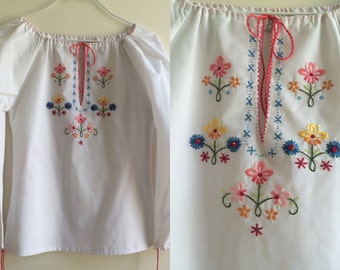 1970s White Cotton Embroidered Peasant Blouse * Size X-Small