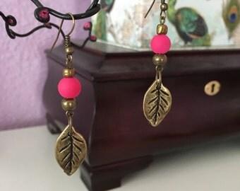 Leaf metal earrings with pink beads