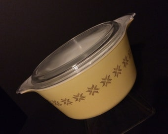 Pyrex Town And Country Mixing Bowl / Bakeware with Lid
