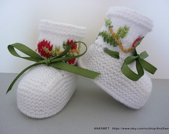 Knitted baby booties/slippers/shoes in white with embroidery and green ribbon