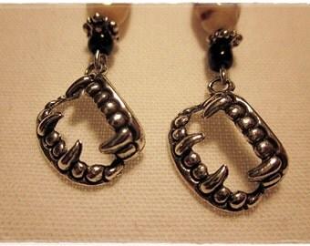Vampirzähne-Ohrringe
