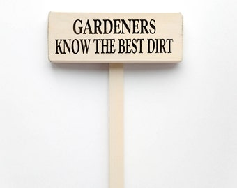 """Garden Stake Sign Saying """"Gardeners Know The Best Dirt""""  White Wood Sign With Saying in Black Lettering"""