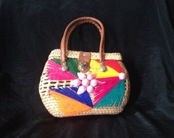 VINTAGE 1950's BASKET BAG / Embroidered front with flower centre