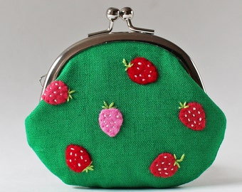 Kiss lock coin purse strawberry on green linen embroidery pink red strawberries hand-embroidery change purse pink coin purse fruit