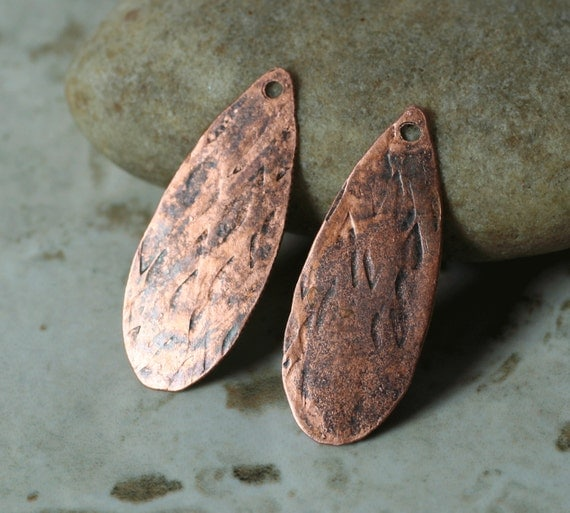 Hand hammered textured antique copper teardrop dangle size 28x11mm, 2 pcs (item ID XMXW01785ACK)