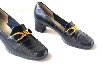 boho vintage 70s dark navy blue, glossy patent leather, chunky heel pumps. Made by Naturalizer . Size 6. Mint condition.