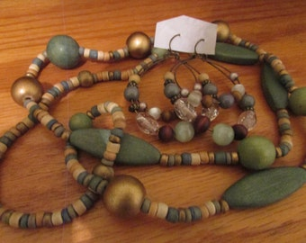 earthy wooden necklace plus
